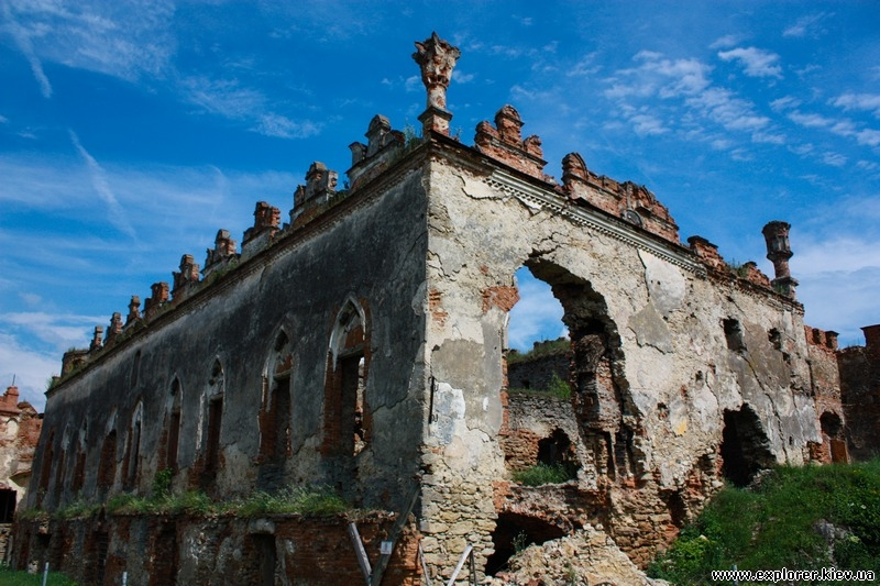 Остатки дворца Синявских-Чарторыйских