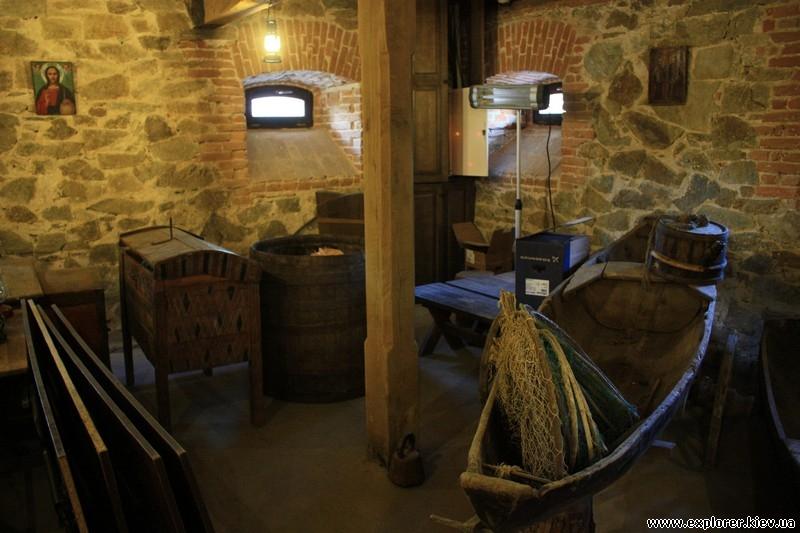 На первом этаже выставка древнего изготовления книг