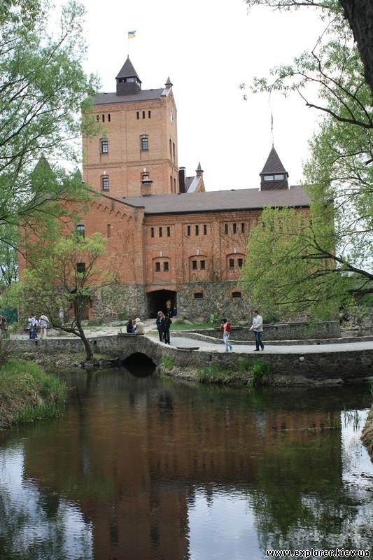 Пруд рядом с замком