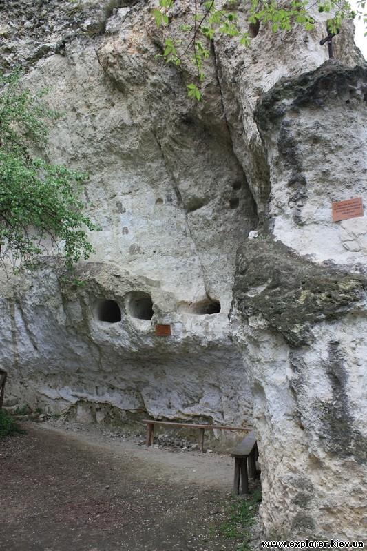 Лавочки напротив монастыря