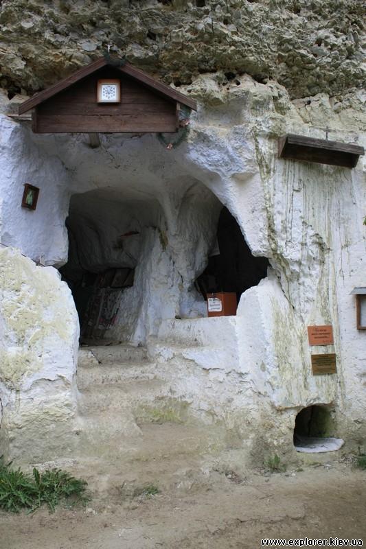 Сооружения у входа в монастырь