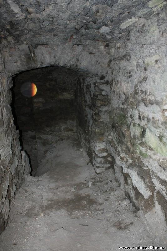 Спуск к подземелью замка