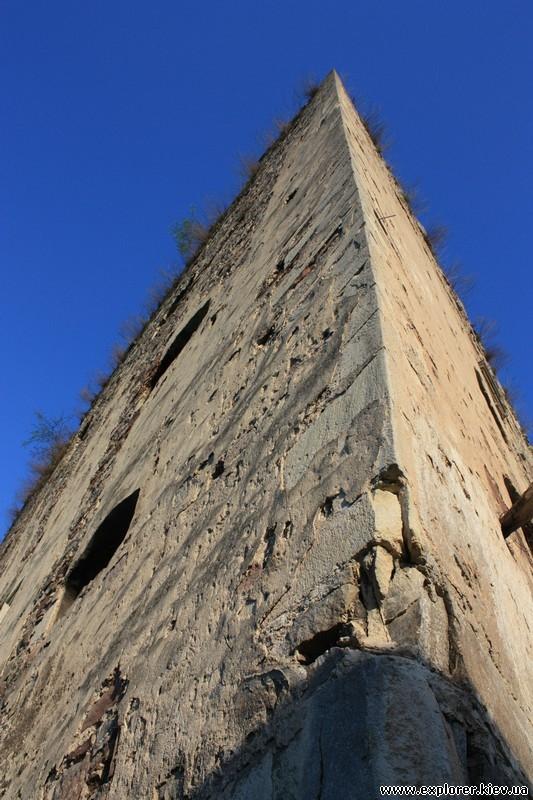 Угловой фасад замка в Язловце