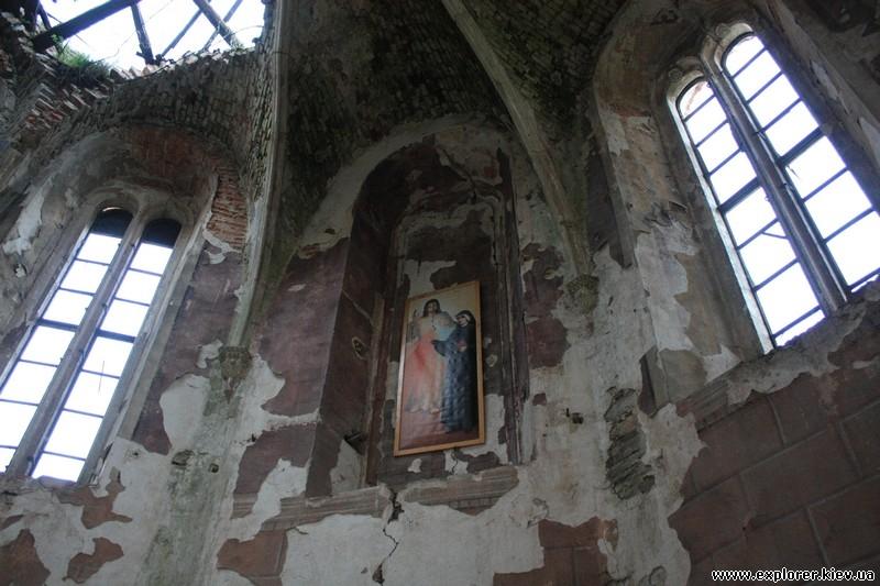 Большие окна и икона