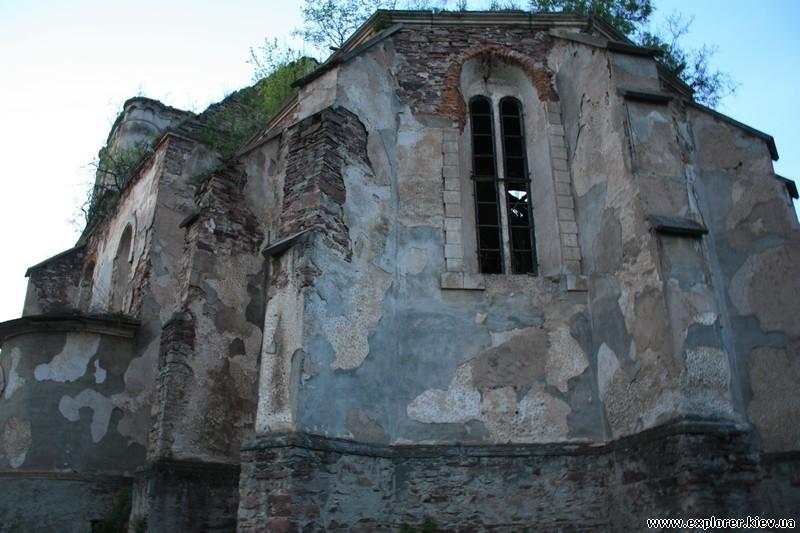 Задний фасад храма в Язловце