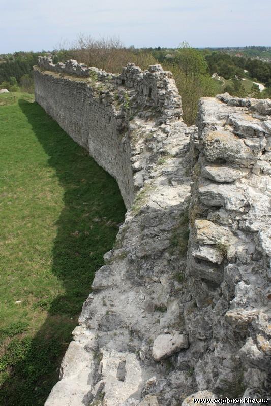 Часть разрушенной стены