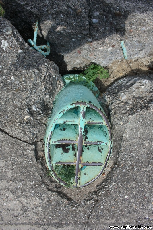 Металлический люк бункера