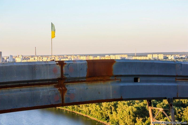 Флаг Украины на вершине моста