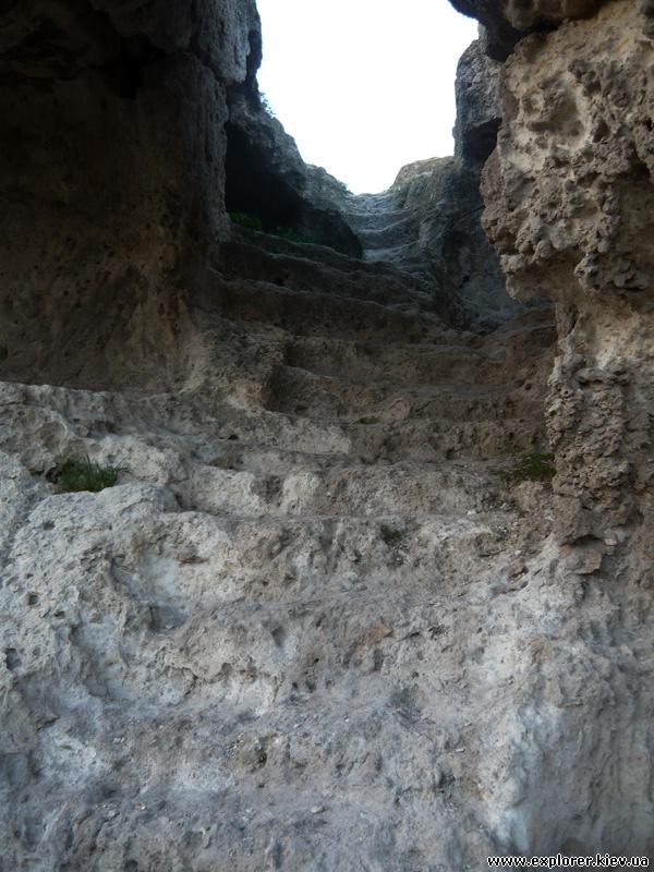 Лестница в пещерном монастыре
