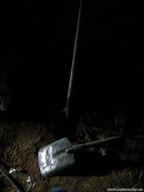 Лопаты в подвале
