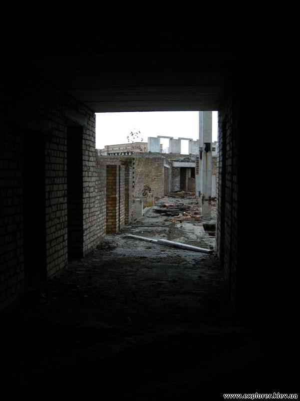 Недостроенная часть здания