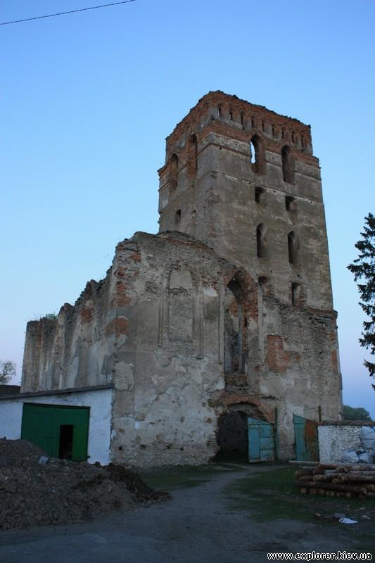 Постройки рядом с башней