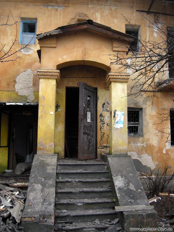 Подъезд заброшенного дома