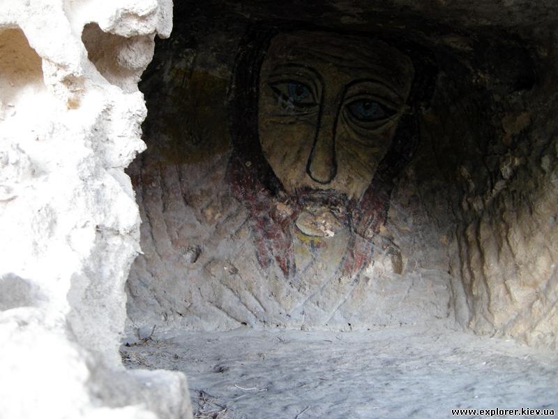 Рисунок лица на скале