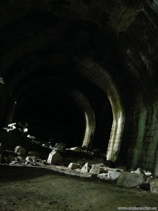 Туннель внутри стены