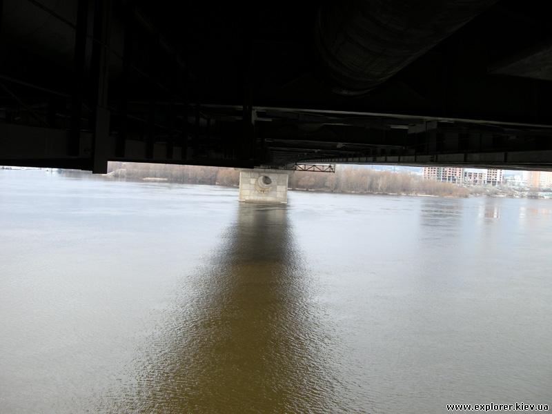 Вид под мостом