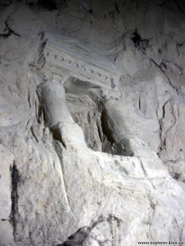 Храм высеченный в стене