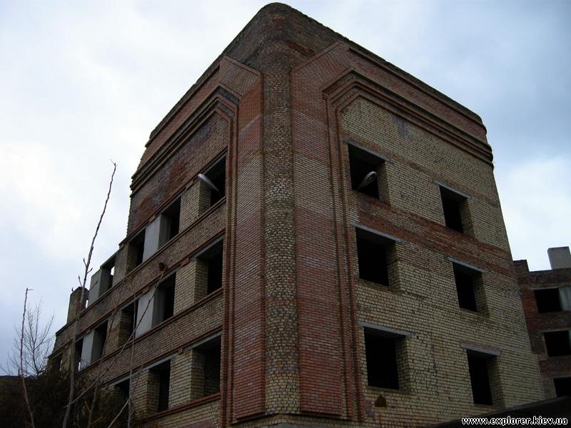 Здание за территорией ожогового центра
