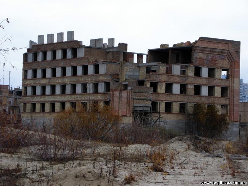 Здание за территорией центра